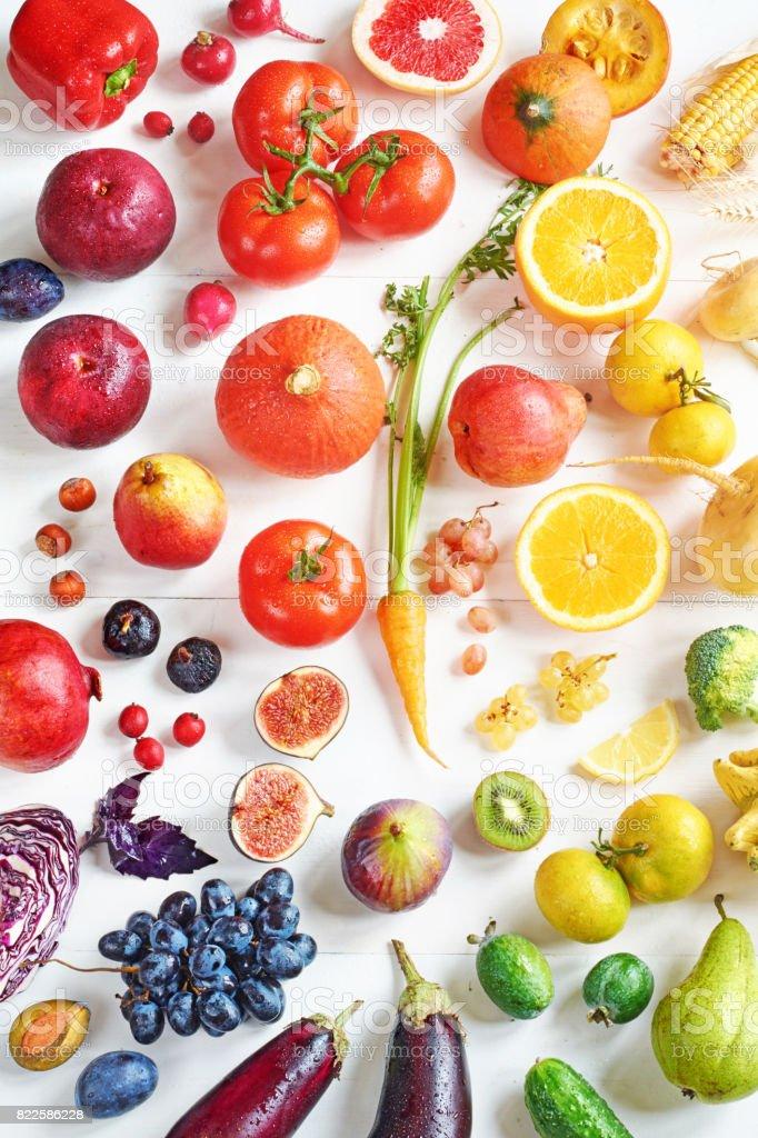 Draufsicht der Regenbogen farbige Früchte und Gemüse auf einem weißen Tisch. – Foto