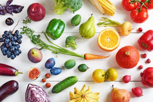 虹の色の白いテーブルで果物と野菜。 - 果物 ストックフォトと画像