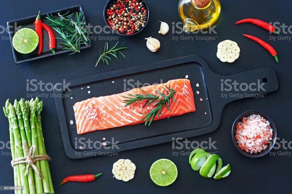 Draufsicht der rohen Lachs Steak auf einem dunklen Brett bereit für Vorbereitung. – Foto