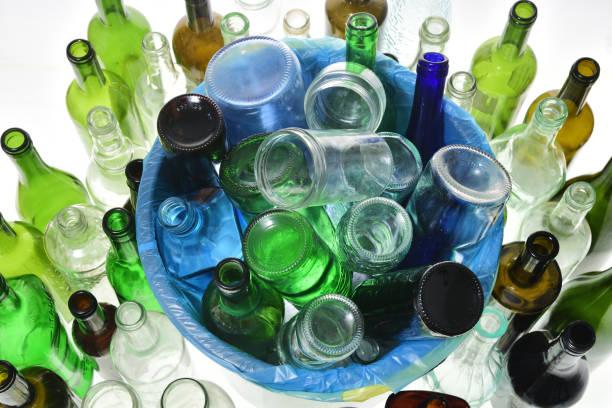 draufsicht von recycling-glas auf weiß - recycelte weinflaschen stock-fotos und bilder