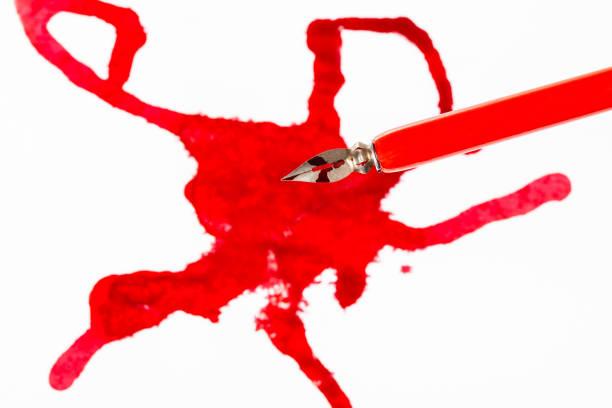 oberansicht des roten dip-stifts über tintenfleck auf weiß - dip gefärbt stock-fotos und bilder