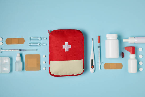 의료 용품 블루 표면에 빨간색 응급 처치 키트 가방의 상위 뷰 - 응급 처치 뉴스 사진 이미지