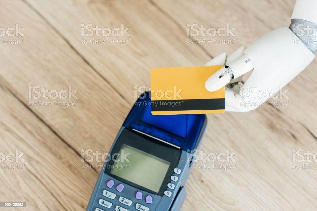 Draufsicht der Roboter mit Kreditkarte über Zahlung terminal auf Holztisch - Lizenzfrei Bezahlen Stock-Foto