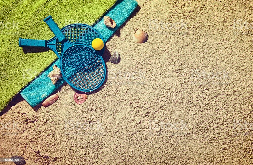 Superiore con vista della spiaggia di sabbia con accessori estivi. - foto stock