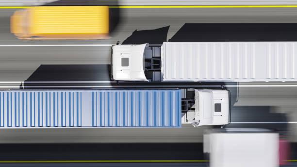Top-Ansicht von Semi Trucks mit blauen und weißen Containern in Bewegung bei Tageslicht – Foto