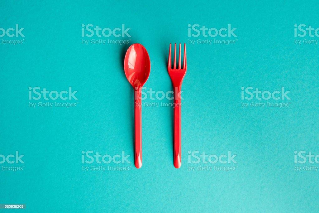 Draufsicht der Satz von Kunststoff Gabel und Löffel isoliert auf blau – Foto