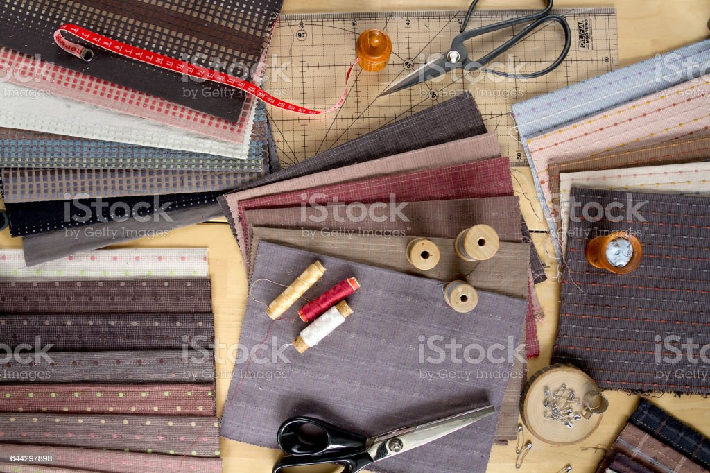 Top view of sewing table with fabrics and supplies for home decor or quilting project стоковое фото