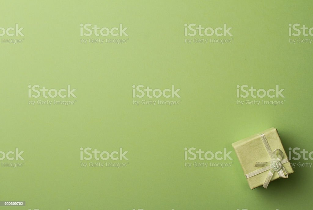 Top view of small gift box with ribbon green background foto de stock royalty-free