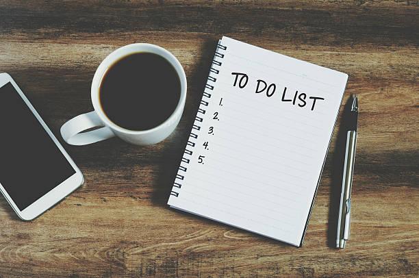 vista dall'alto di smartphone, caffè, penna e blocco note - to do list foto e immagini stock