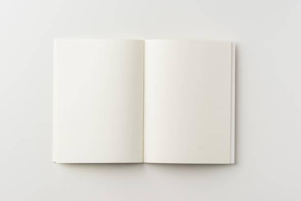リングノート空白の白い背景の上の平面図 ストックフォト