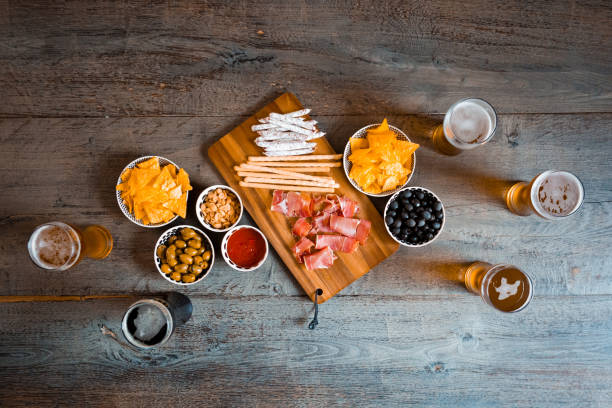 Top view of table with beer glasses and snacks - foto stock