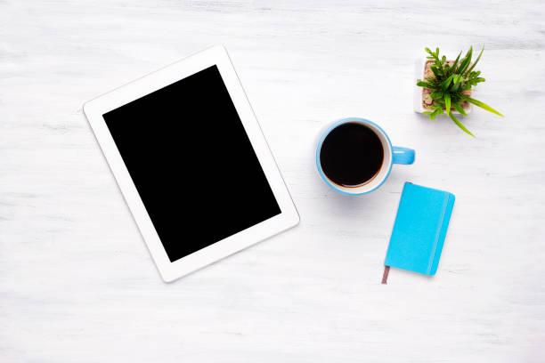 draufsicht der tablet-computer und eine tasse kaffee auf holztisch - einfache holzprojekte stock-fotos und bilder