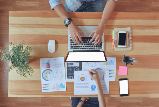 draufsicht der teamarbeit hilft uns, die besten informationen auswählen. um für kunden für erfolgreiche arbeit. arbeit qualitätskonzept, vintage-effekt. - target raumgestaltung stock-fotos und bilder