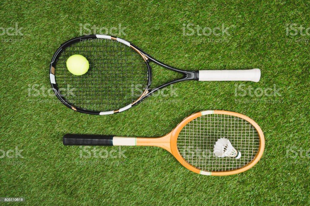 vista superior del equipo de tenis y bádminton en pastizales - foto de stock