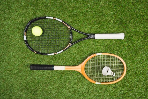 vista superior del equipo de tenis y bádminton en pastizales - bádminton deporte fotografías e imágenes de stock