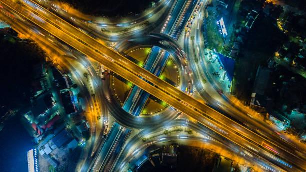 vue de dessus de l'intersection d'autoroute, de route et de cirque d'autoroute - rond point carrefour photos et images de collection