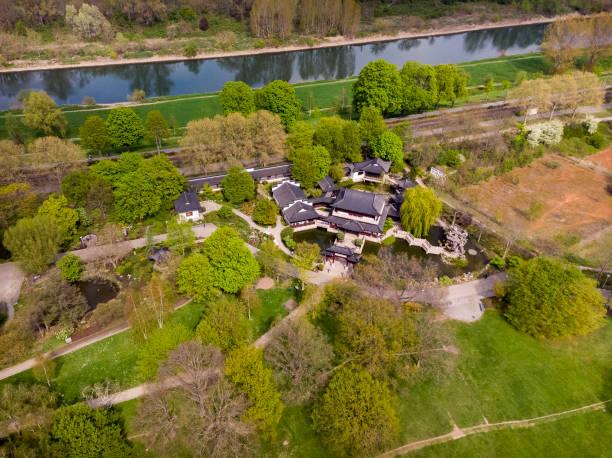 Mannheim. Deutschland. - 16. April 2019: Top-Ansicht der grünen Rasenflächen im Luisenpark. Mannheim. Deutschland. – Foto