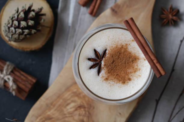 draufsicht auf die hausgemachten eierlikör weihnachts cocktail auf dem rustikalen brett - schokolikör stock-fotos und bilder