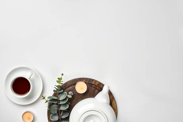 draufsicht auf die teekanne und teetasse auf weißem hintergrund - keramikteekannen stock-fotos und bilder