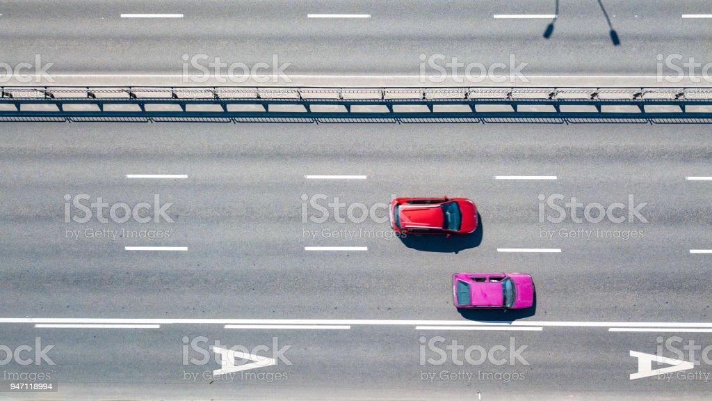 Draufsicht der Stadt Straße mit zwei Autos Kiew, Ukraine. Drohne-Fotografie – Foto