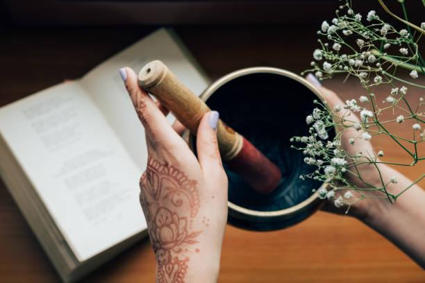 draufsicht der tibetischen klangschalen in den händen. meditation-stimmung - buddhist tattoos stock-fotos und bilder