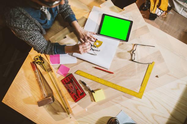 draufsicht von werkzeugen und papiere und das tablet im workshop. frau busin - maler gesucht stock-fotos und bilder
