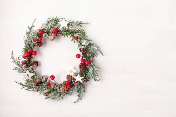 top view of traditional christmas wreath with copy space. winter holidays and christmas celebration - wieniec zdjęcia i obrazy z banku zdjęć