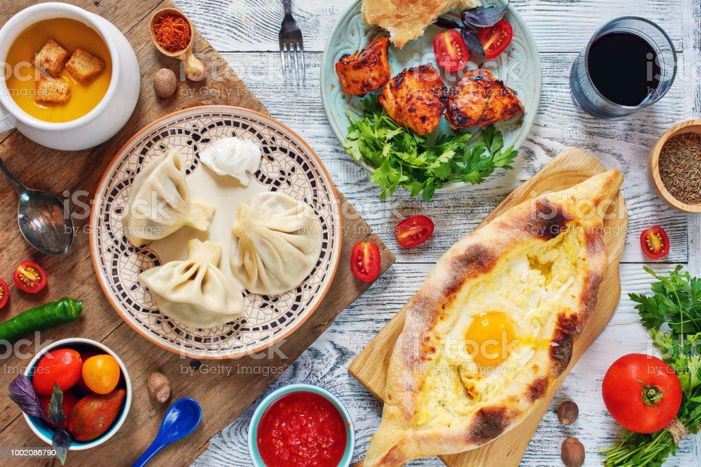 Draufsicht der traditionellen georgischen Mittagessen – Foto
