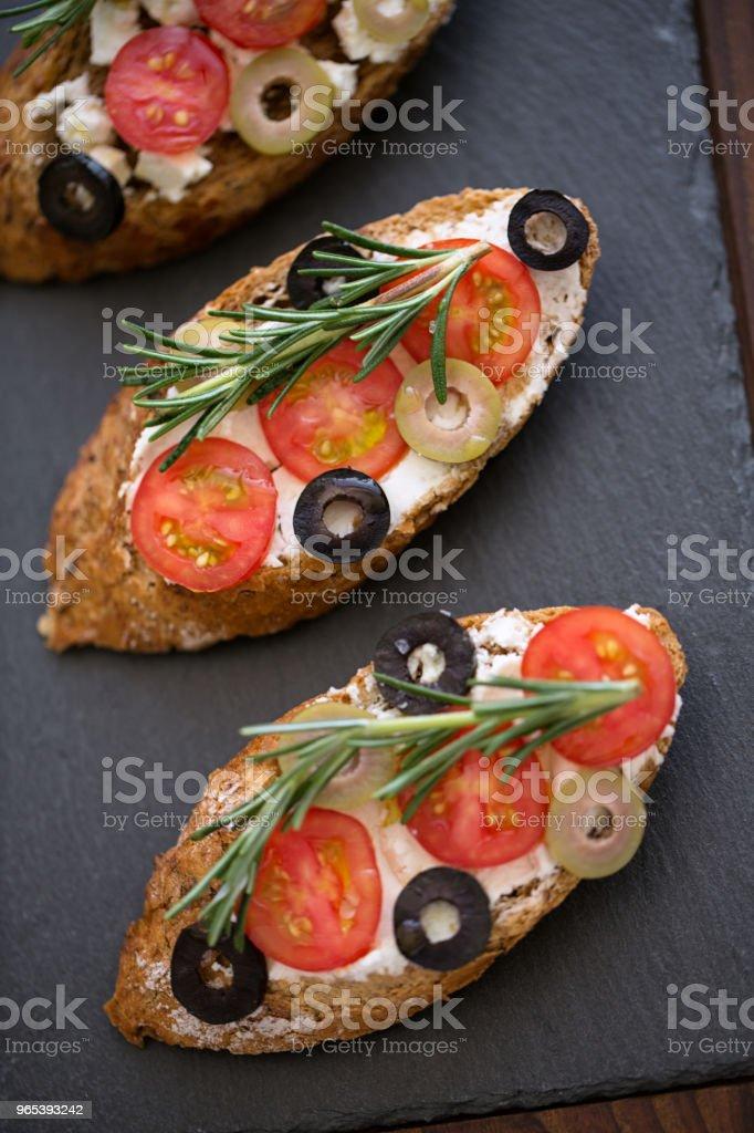 傳統美味鮮 bruschetta 新鮮蔬菜的頂級景觀 - 免版稅三文治圖庫照片