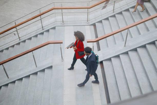 Top-Ansicht von zwei Personen, die die Treppe hinuntergehen – Foto
