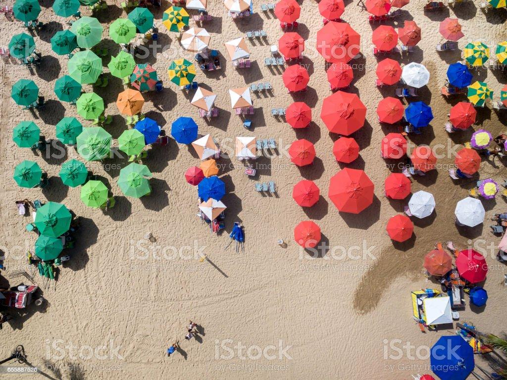Vista superior de las sombrillas en la playa - foto de stock