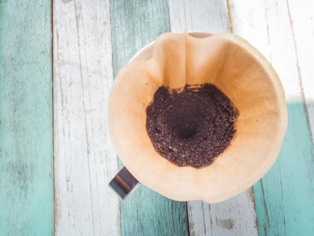 draufsicht der gebrauchten kaffee-filter und boden kaffeebohne - kaffeepulver stock-fotos und bilder