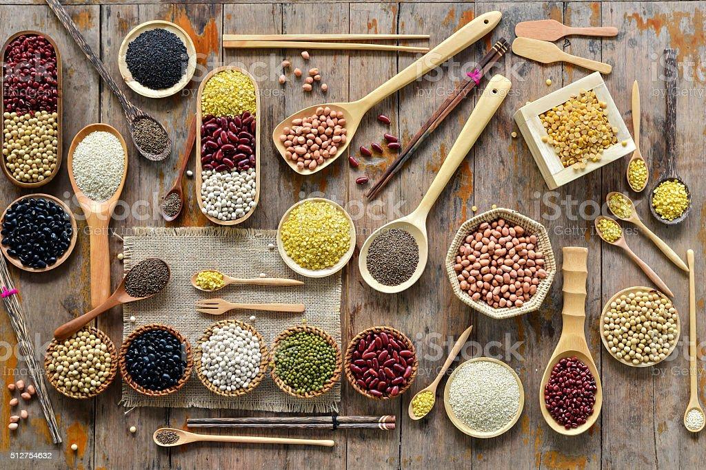 Vista dall'alto di vari legumi da granella - foto stock