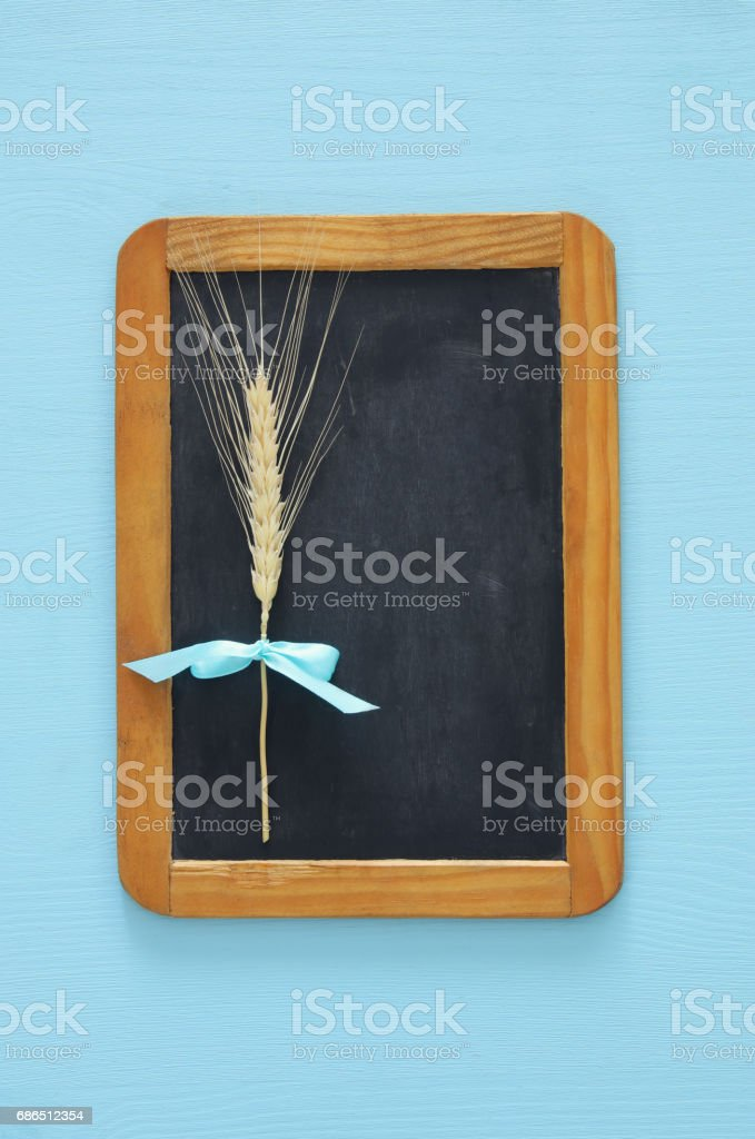 top view of wheat straw and vintage blackboard on wooden table foto stock royalty-free