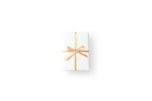Vista superior de la caja de regalo blanca con cinta dorada sobre fondo blanco aislado - foto de stock