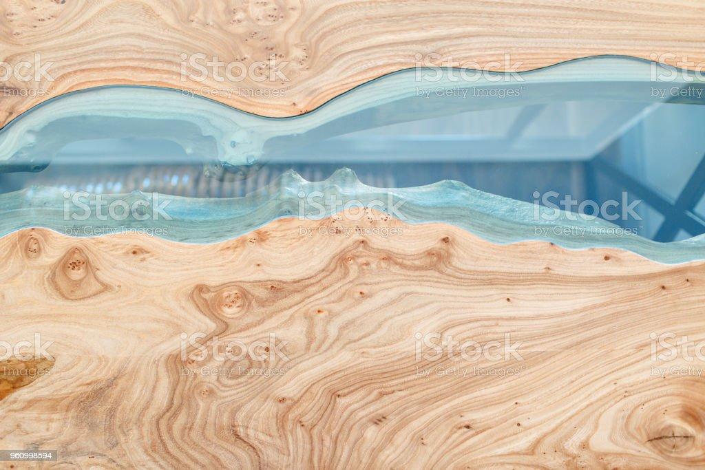 Draufsicht des Holzes für den Hintergrund. Textur von einem Holztisch mit Epoxidharz verklebt. – Foto