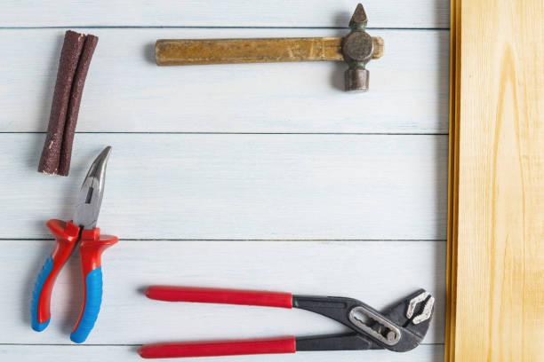 draufsicht auf holzbrett und heimwerkerwerkzeuge mit textfreiraum. - diy ordner stock-fotos und bilder