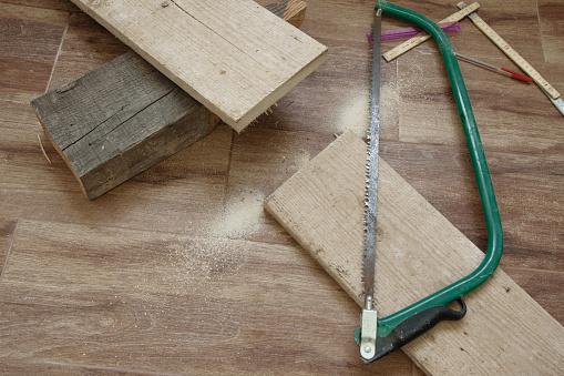 Top Van Weergave Van Houtbewerking Tool Saw En Houten Plank Stockfoto en meer beelden van Achtergrond - Thema