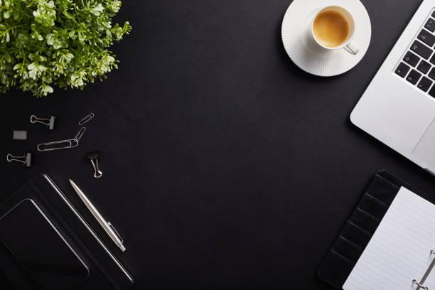 vista dall'alto del posto di lavoro con tazza di caffè e laptop - flat lay foto e immagini stock
