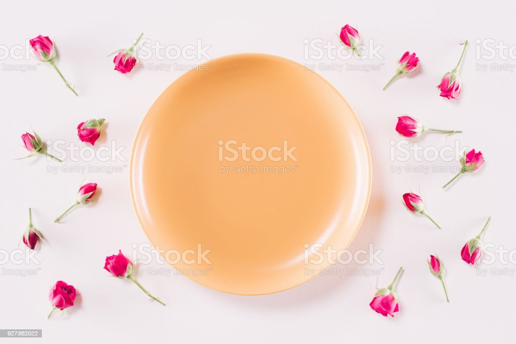 top view of yellow plate and scattered roses isolated on white, valentines day concept - Royalty-free Bud Stock Photo