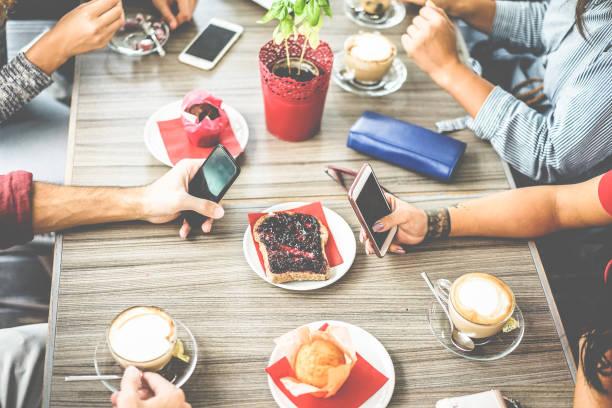 draufsicht von jungen freunden kaffee trinken im bar-restaurant - menschen hände tun frühstück im cafeteria - job pause, essen und lifestyle konzept - schwerpunkt tätowierten mädchen hand - essen tattoos stock-fotos und bilder