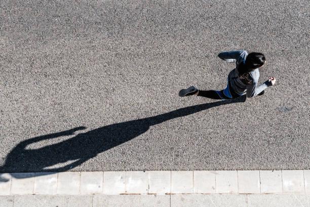 Vue du haut de la jeune femme jogging - Photo