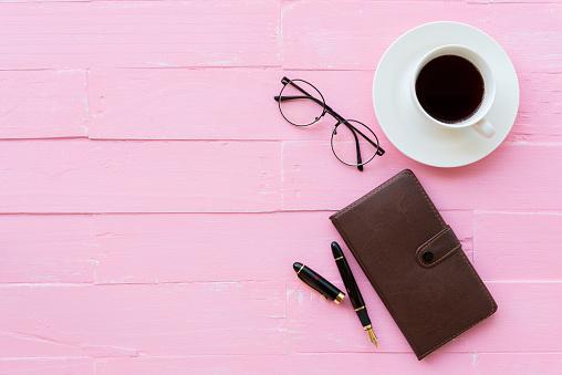 상단 보기 안경 검정 펜 핑크 나무 배경에 노트북 커피 컵을 포함 하 여 작업 영역 및 사무실 액세서리 사무실 테이블 개념에 대한 스톡 사진 및 기타 이미지