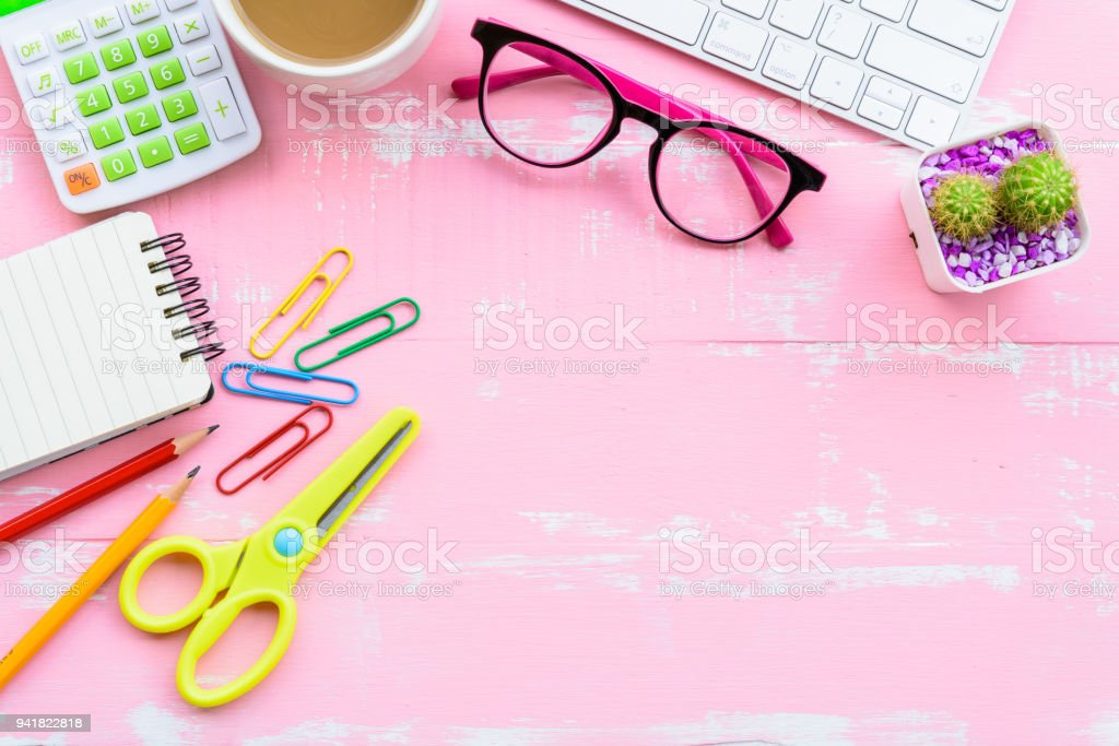 Draufsicht Bürotisch mit Arbeitsbereich und Büro-Accessoires – Foto