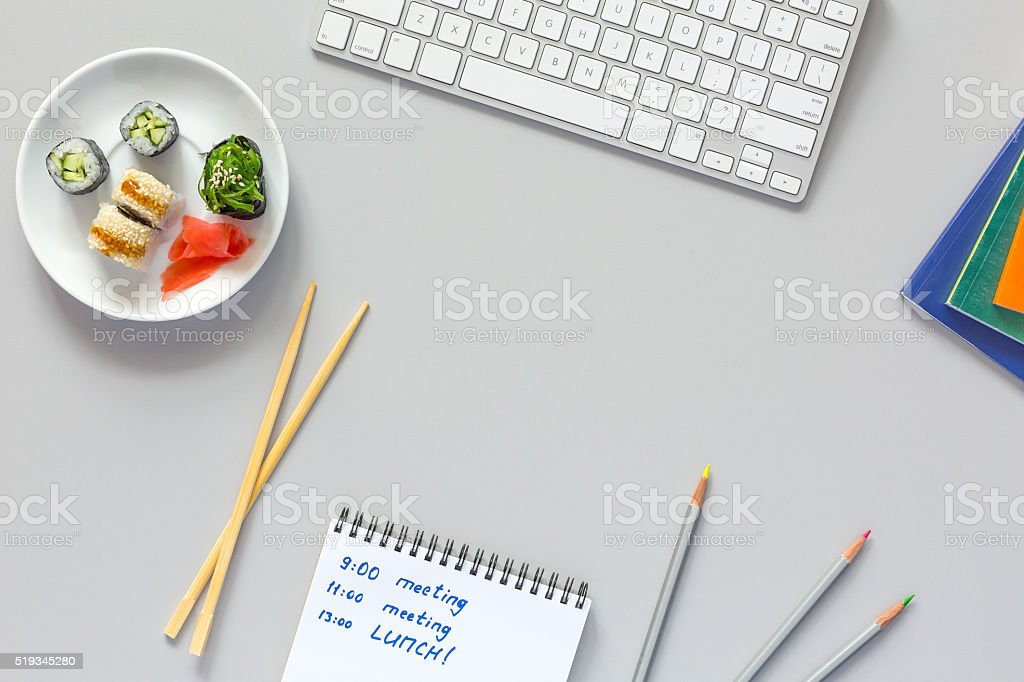 Vue supérieure sur gris lieu de travail de bureau sushis programme - Photo