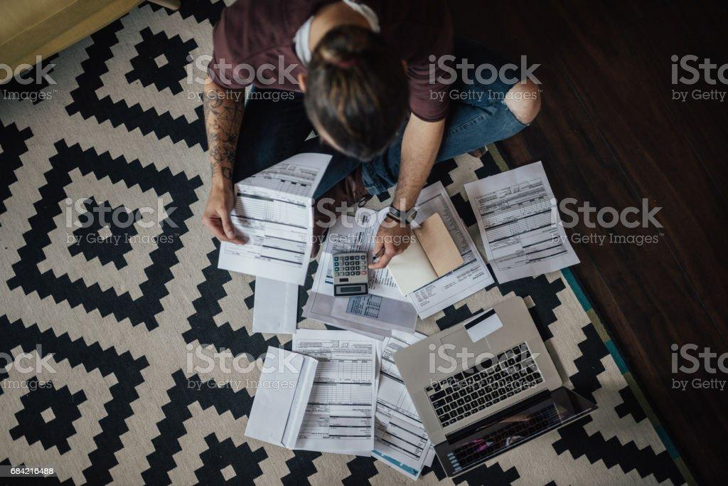 Draufsicht auf ein Student mit Haufen von überfälligen Rechnungen – Foto