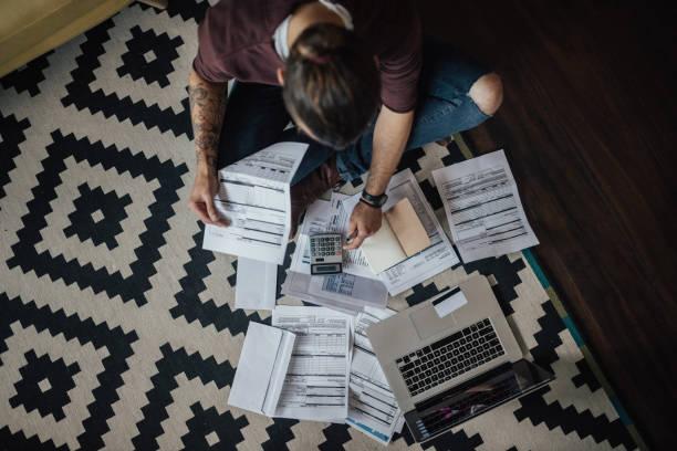 vista superior de un estudiante con montón de facturas atrasadas - deuda fotografías e imágenes de stock