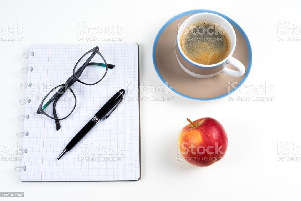 Vista superior sobre uma mesa no local de trabalho com café - Foto de stock de Alemanha royalty-free