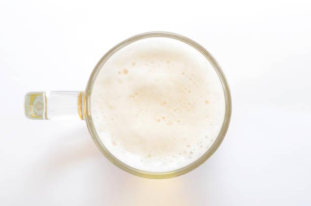 vista superior de vidrio de cerveza sobre fondo blanco - mirar el paisaje fotografías e imágenes de stock