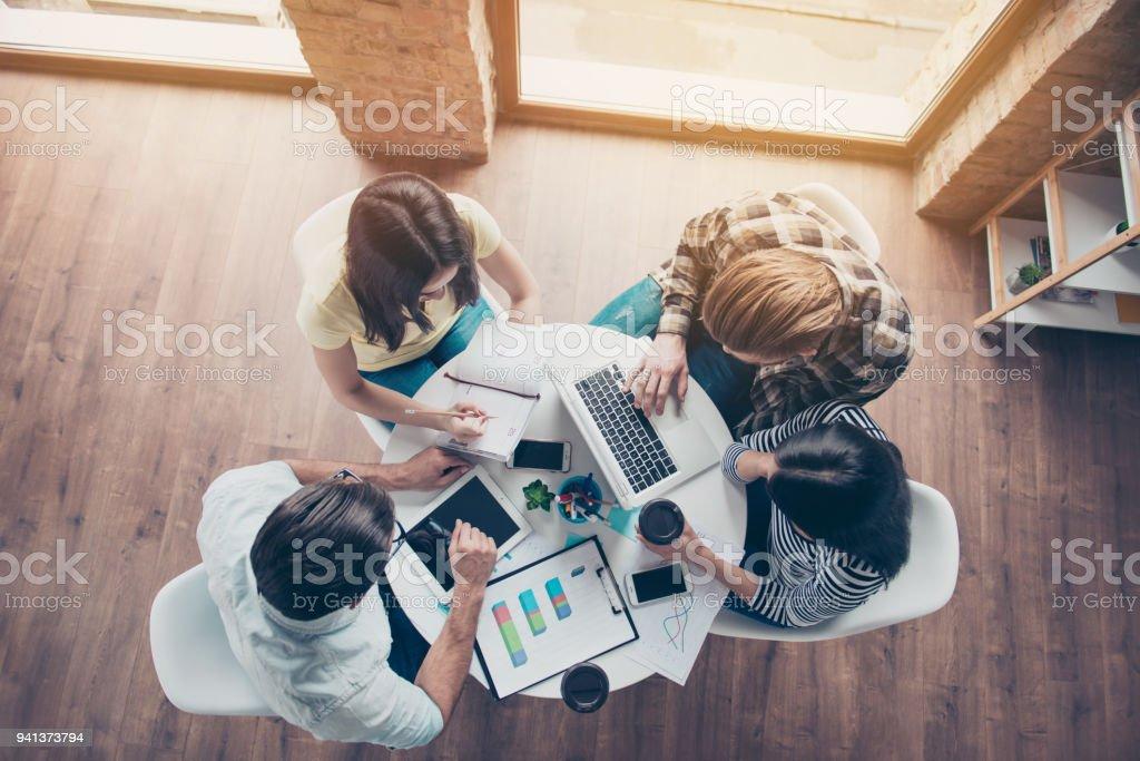 Vista en el grupo de personas superior tener reuniéndose y discutiendo su nuevo proyecto de puesta en marcha - foto de stock